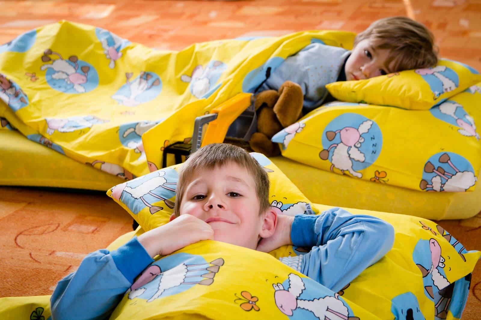 Děti ve školce odpočívají v přikrývkách od Ivety Mičkové.
