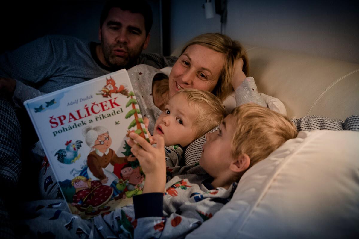 čtení v posteli s celou rodinou.
