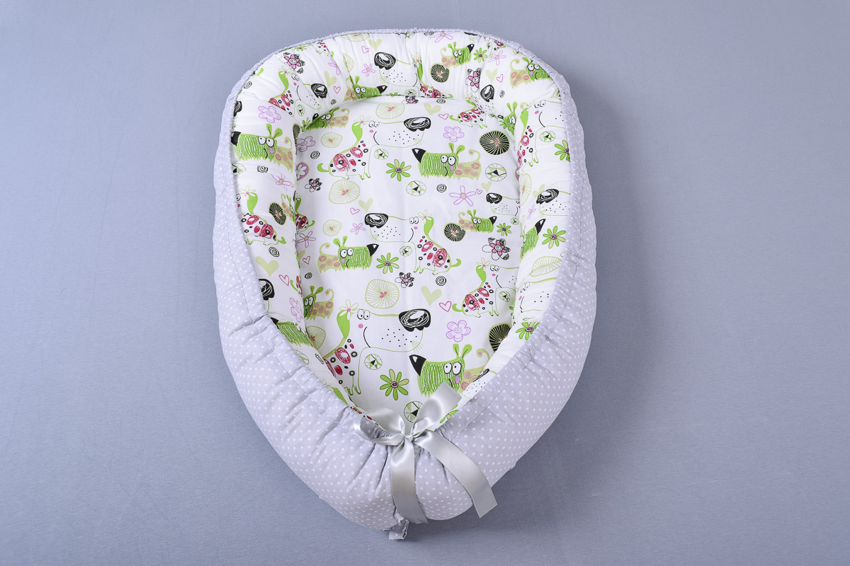 Hnízdečko + polštářkový mantinel pejsci s květinami/hvězdičky na šedé