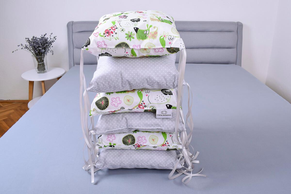 Polštářkový mantinel pejsci s květinami/hvězdičky na šedé